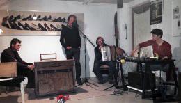 3 jahre horb am neckar abstauben f r ein kofferharmonium. Black Bedroom Furniture Sets. Home Design Ideas