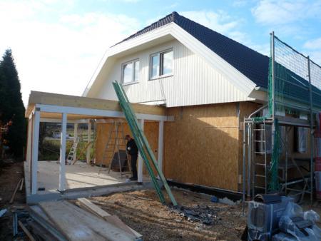 13.11.: Das Dach ist fertifg, der Carport = Garage wird gebaut