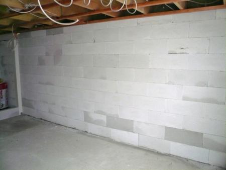 29.11.: Die Innenwand in der Garage ist fertig.