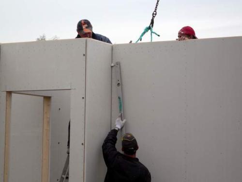 22.10.: Der Mann mit der Wasserwaage sorgt für den korrekten (amtlichen) Aufbau