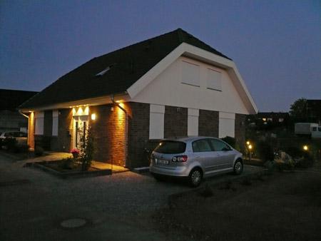 Haus mit Außenbeleuchtung