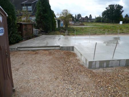 03.10.2008: Gewässerte Bodenplatte