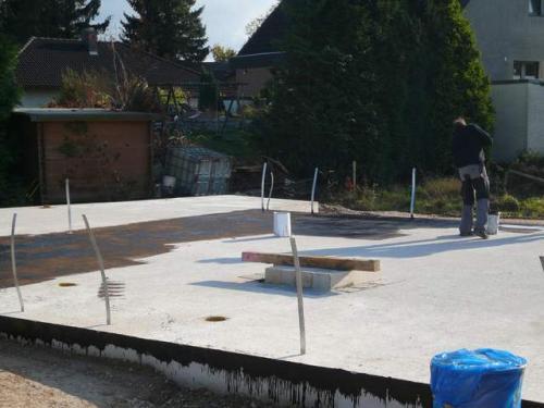 17.10: Der Voranstrich auf der Bodenplatte wird aufgebracht.