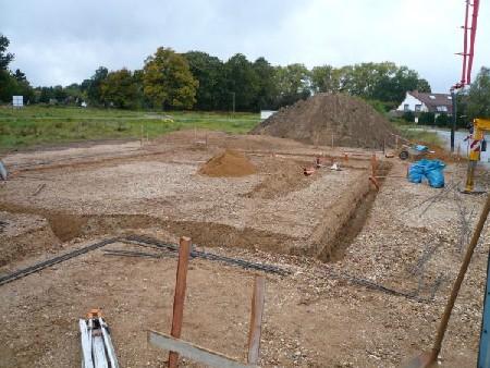 Aufnahme am 30.09.2008: Übersicht über die Anfüllung und die ausgehobenen Fundamente