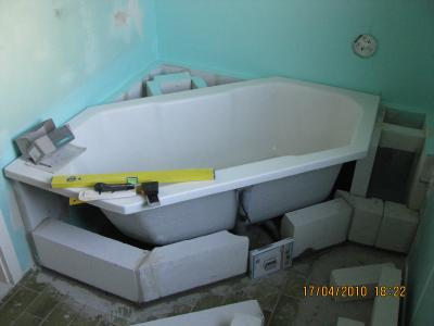 weißes Bad mixt Vintage und Modern