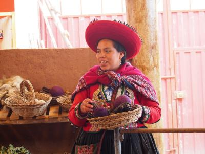 Woman explaining the the different plants used to dye the wool