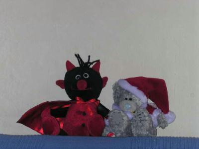 Der Krampus und der Santa kuscheln schon auf der Couch.