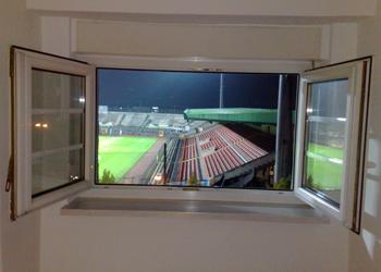 blick aus der galerie seiler auf das stadion an der grünwalder straße in münchen
