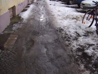 Auch noch nach Tagen Tauwetter Eispanzer auf dem Fußweg.
