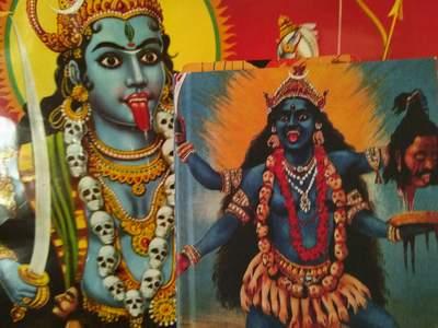 """Mithu Sanyals Buch """"Identiti"""" vor Kali-Plakat"""