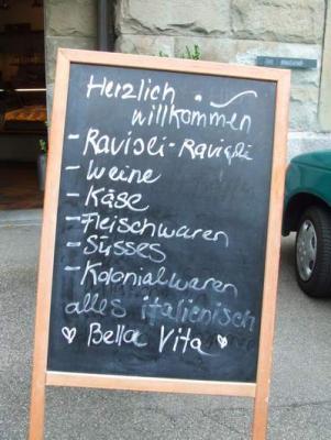 Vor einem italienischen Spezialitätengeschäft in Zürich