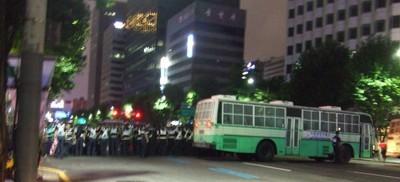 Riot police stellt sich auf um die tägliche Kerzendemonstration in Seoul zu stoppen.