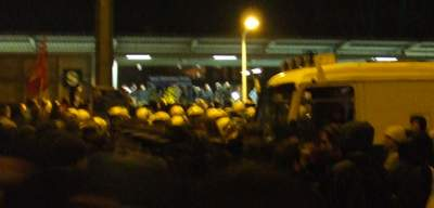 S-Bahnhof Raoul-Wallenberg-Strasse mit Nazis davor Polizei davor Gegendemonstrant_innen