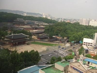 Blick über Köningpalast zu Hochhäusern