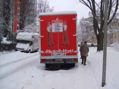 Fußweg zugeparkt, kein Platz für Fußgänger_innen
