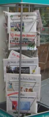 Zeitungsständer in Marzahn mit allerhand rechten Zeitungen.