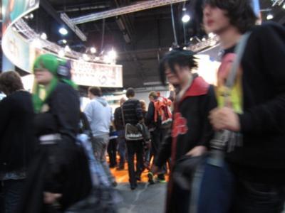 Schnappschuss von vorbeilaufenden verkleideten Jugendlichen. Ob es sich bei den  Verkleidungen um ein Rollenspiel handelt?