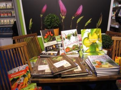 Am Stand vom Kosmos-Verlag - einladend dekorierter Buch-Tisch mit Gartenbüchern.