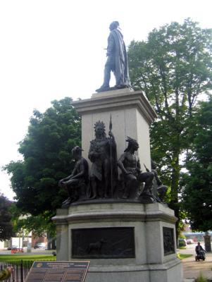 Denkmal mit dem Metall von alten Kanonen gegossen.