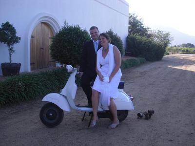 Da Ollo Scooterfan ist und auch einen Laden hat, in dem neben Fahrrädern auch Roller repariert werden, haben seine Kollegen die klassische Hochzeitskutsche etwas uminterpretiert