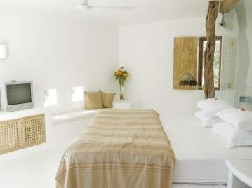 Das war unser Zimmer- rechts direkt am Kopfende des Bettes hinter einer Glasscheibe das Bad, links Balkon und Aussicht...