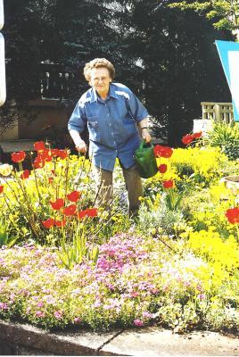 Oma Mathilde - Mathilde Ludwig bei ihrer Lieblingsbeschäftigung