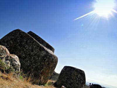 """Mutmassliches Urnengrab auf Feld 1 in der """"Ebene der Tonkrüge"""" in der Provinz Xieng Khouang nahe der Stadt Phonsavan, Laos (die abgebildete Urne ist mit Mannshöhe die grösste)."""
