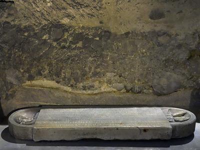 Grabplatte des Abts Isarn († 1047, 2. Hälfte 11. Jh.), Abbaye Saint-Victor de Marseille