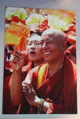 So werden Tibeter gern gesehen - Moenche (?) mit Chinafaehnchen in einem Museum in Xining