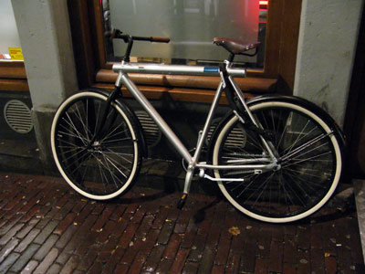 fahrrad eine wilde konstruktion mit licht im oberrohr. Black Bedroom Furniture Sets. Home Design Ideas