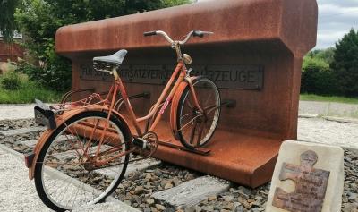 Skulptur an einem Bahnradweg. Keine Ahnung, ob das alte Fahrrad von Anfang an dazugehört hat.