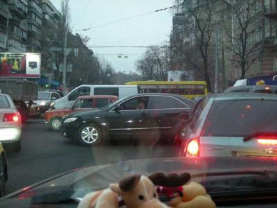 Stau in Kiew, jeder fährt wie er kann
