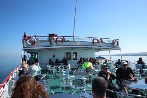 Buntes Treiben auf dem Schiff nach Meersburg