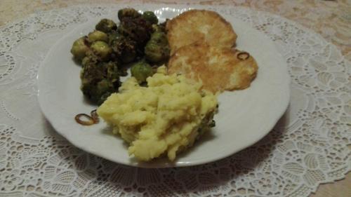 Sellerieschnitzel mit Kartoffelbrei und Rosenkohl