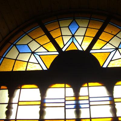 buntes Fenster &uuml;ber einer T&uuml;r<br /> colourful window above a door