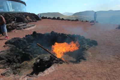 Brennendes Stroh durch Vulkanwärme
