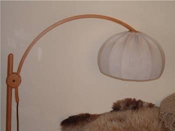 altmodische Stehlampe mit Schwenkarm