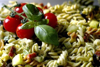 salat nudeln tomaten basilikum