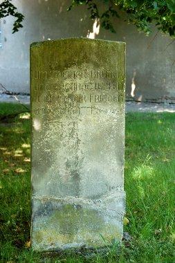 """Jüdischer Friedhof in Demmin, erster Grabstein auf der rechten Seite, die Inschrift lautet: """"Um meiner Brüder und Freunde willen will ich dir Frieden wünschen. PS 199 8"""""""