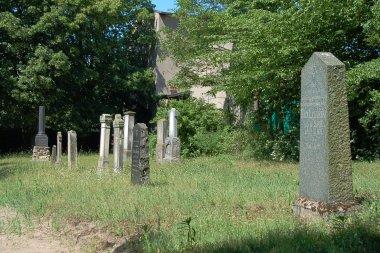 Jüdischer Friedhof in Demmin, rechte Seite mit Blick zum Eingang