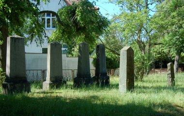 Jüdischer Friedhof in Demmin, linke Seite mit Blick zum Eingang
