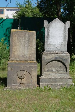 Jüdischer Friedhof in Demmin, zwei Grabsteine auf der rechten Seite