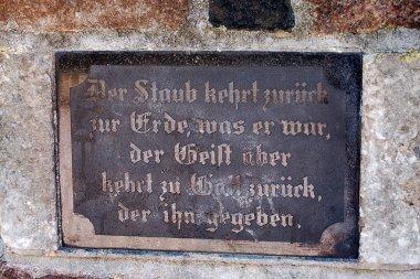 """Jüdischer Friedhof in Demmin, die Inschrift am Eingang lautet: """"Der Staub kehrt zurück zur Erde, was er war, der Geist aber kehrt zu Gott zurück, der ihn gegeben."""""""