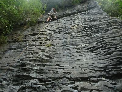 Der Tobi an der Kletterwand