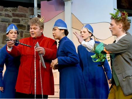Tamino erhält die Zauberflöte von den drei Damen (Foto: Burgfeststpiele Bad Vilbel)