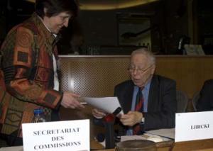 Annelise Oeschger überreicht die Bamberger Erklärung an Marcin Libicki