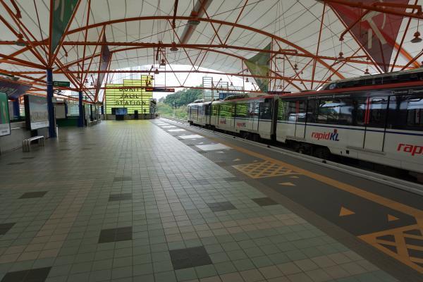 Das erste Bild zeigt die nächstgelegene Station zur Uni Bukit Jalil der LRT-Straßenbahn, die hier durch Kuala Lumpur fährt. Die Bahn ist super günstig, dennoch empfiehlt es sich aus Zeitgründen oft, ein Grab-Taxi in der Stadt mit über 8 Millionen Einwohnern zu rufen.