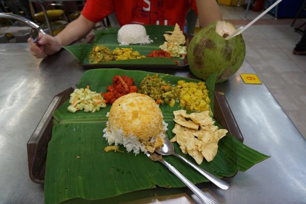 """Danach gab es zur Stärkung noch eine Portion Thai-Reis mit diversem Gemüse und Tofu serviert auf einem Bananenblatt. In den Menüs jeglicher Restaurants sollte der Begriff """"spicy"""" (also auf Deutsch würzig) selbst für mich als Schärfeliebhaber eher mit superscharf übersetzt werden. In diesem Fall war der Tofu really spicy!"""