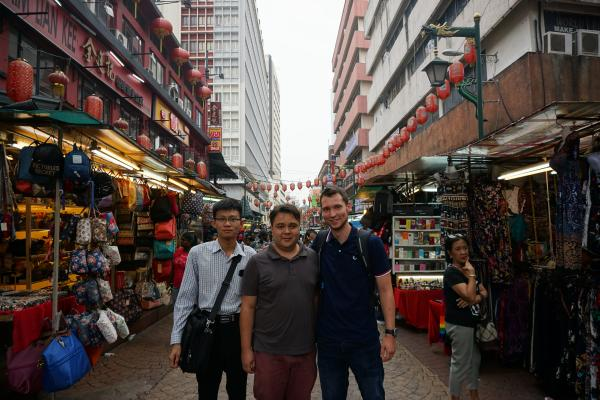 In Chinatown mit Pyae aus Myanmar und Ben aus Deutschland. Egal ob Rolex-Uhren, Gucci-Klamotten oder Louis-Vuitton-Handtaschen. Hier gibt es sämtliche Luxusmarken als Fakes zum Spottpreis.