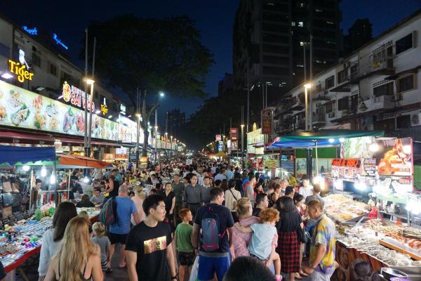 Die für ihre Streetfood-Spezialiäten bekannte Straße Jalan Alor. Hier bekommt man alles - von der Stinkefrucht Durian bis hin zum frittierten Frosch.